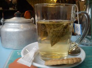 Para fugir do frio, chá de chocolate e laranja