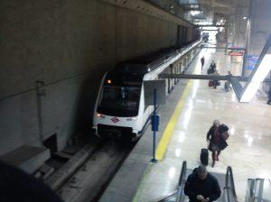 Metro justo a la salida del aeropuerto