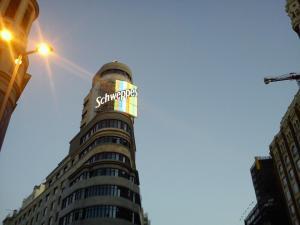 Edifício com o letreito da Schweppes em Callao é o ponto inicial do roteiro de compras