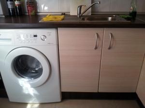 Máquina de lavar na cozinha