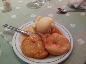 Buñuelos de manzana com sorvete...