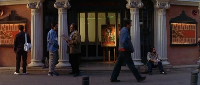 Benigno, do lado esquerdo, olha um cartaz do Cine Doré