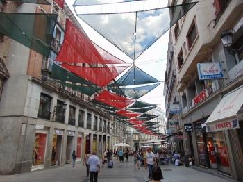 Telas para proteger os pedestres do sol intenso no centro de Madrid