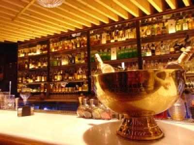 Bar onde rolam vários drinques moderninhos