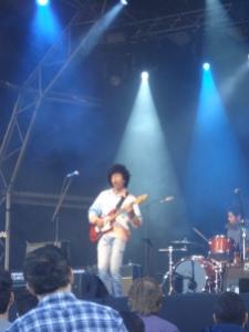 Os brasileiros do Boogarins tocando em Barcelona